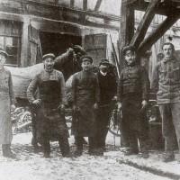 """Schmiedemeister Dieruff (links) mit Gesellen; Quelle: """"Unser liebes, altes Wimpfen."""" G. Haberhauer"""